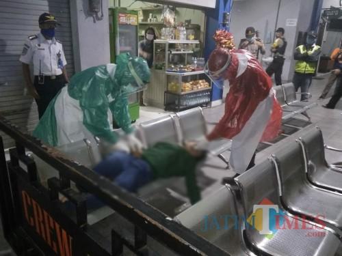 Dua petugas ber APD lengkap evakuasi SL di kursi penumpang Terminal Gayatri Tulungagung (Foto: Dokpol / TulungagungTIMES)