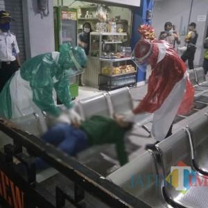 Kejang Dan Muntah Di bangku Terminal, Cewek ABG Di Evakuasi Dengan Protap Covid-19