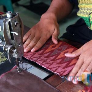 Jaga Perputaran Ekonomi Warga, Pemkot Kediri Pesan Ribuan Masker Tenun Ikat