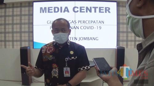 Kepala Dinas Sosial Kabupaten Jombang Moch Saleh saat diwawancarai sejumlah wartawan. (Foto : Adi Rosul / JombangTIMES)