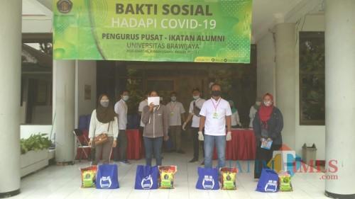 Pengurus Pusat IKA-UB Bagikan 302 Paket Sembako untuk Mahasiswa Duafa