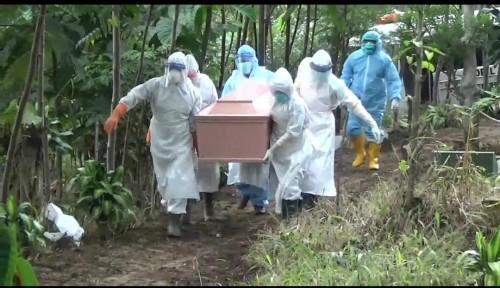 Petugas mesia saat membawa peti jenazah PDP ditempat pemakaman umum Desa Bulukerto, Kecamatan Bumiaji,Rabu (8/4/2020). (Foto: istimewa)