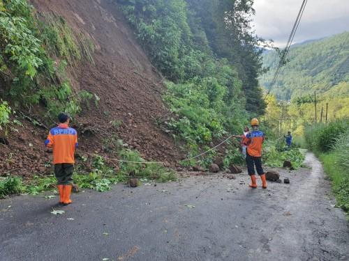 Petugas saat melihat kondisi tanah longsor di Jalan Rajek Wesi-Klemuk, RT 03/RW 01, Dusun Songgoriti, Kelurahan Songgokerto,Kecamatan Batu. (Foto: istimewa)