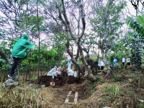 Prosesi pemakaman Pasien Dalam Pengawasan saat dikuburkan diDesa Bulukerto, Kecamatan Bumiaji meninggal dunia, Rabu (8/4/2020). (Foto: istimewa)
