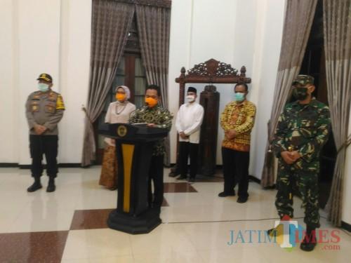 Bupati dan Wabup Lumajang dalam konferensi pers malam ini (Foto : Moch. R. Abdul Fatah / Jatim TIMES)