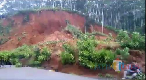 Cuplikan dari video yang tengah viral, seorang pengendara sepeda motor nyaris tertimbun longsor.