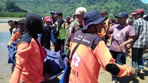 Jasad korban yang tenggelam karena terbawa arus saat dievakuasi petugas gabungan.