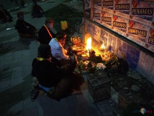 Paguyuban Pakasa menggelar ritual tolak bala dan topo bisu di perempatan Jalan Dhoho Kota Kediri. (eko Arif s /JatimTimes)