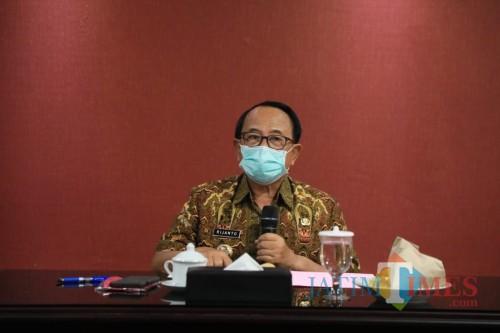 Bupati Blitar Rijanto pastikan pemkab akan menyalurkan bantuan paket sembako di tengah pandemi covid-19.