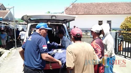 Petugas gabungan saat mengevakuasi jenazah korban yang tenggelam di kawasan perairan pantai sipelot (Foto : Istimewa)