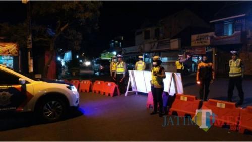 Petugas kepolisian saat melakukan pengecekan di jalur tertib physical distancing (Foto : Polres Malang for MalangTIMES)
