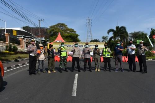 Petugas saat berada di kawasan physical distancingJalan Sultan Agung. (Foto: istimewa)