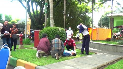 Orang kejang yang ditangani Satgas Covid-19 UIN Malang. (Foto: istimewa)