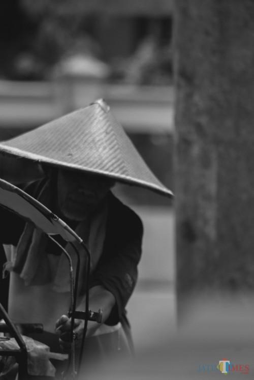 Tukang Becak di Madiun Berkeluh Kesah saat Pandemi Covid 19