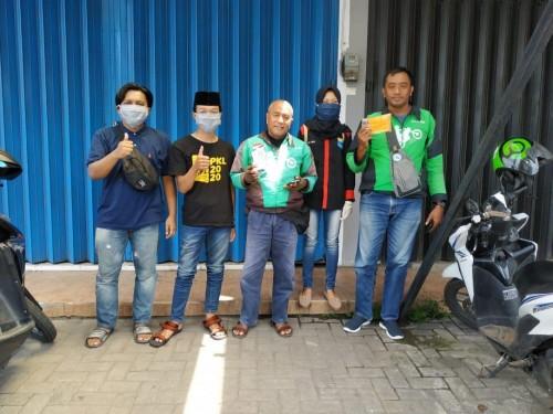 PMII Ibnu Rusyd Unikama saat membagikan masker dan handsanitizer kepada ojek online (Ist)