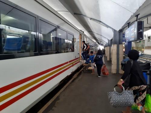 Aktivitas penumpang saat akan menaiki Kereta Api di Stasiun Malang. (Arifina Cahyanti Firdausi/MalangTIMES)
