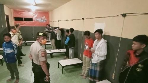 Petugas saat melakukan operasi Cipkon di salah satu warung di Kota Makang (Ist)