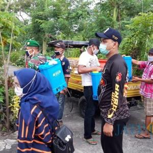 Di Lempeni, Karang Taruna Keliling Desa Bagi Masker dan Semprot Disinfektan