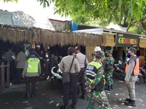 Petugas gabungan yang melakukan penertiban masyarakat yang masih berkeliaran di kawasan Rampal (Ist)