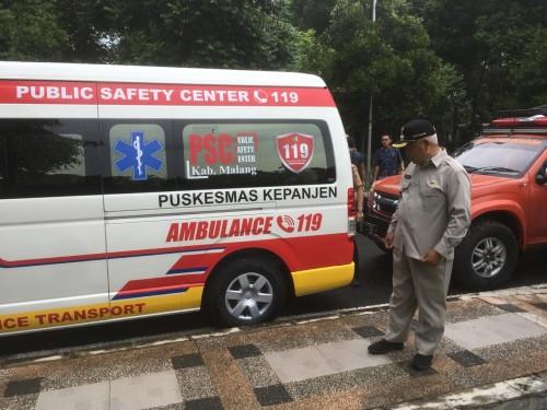 Bupati Malang HM. Sanusi saat memantau persiapan mobil ambulans untuk mengangkut para pemudik yang terindikasi covid-19. (Foto : Ashaq Lupito / MalangTIMES)