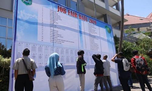 Beberapa orang saat melihat pengumuman job fair di Balai Kota Among Tani beberapa saat lalu. (Foto: istimewa)