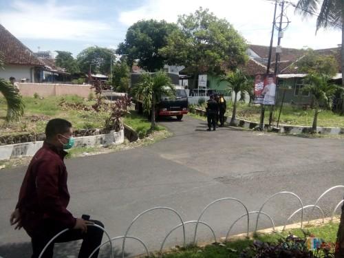 Petugas dari Korps Brimob Polda Jatim saat mengevakuasi paket misterius dari rumah Samsul Anwar (foto : Moh. Ali Makrus / Jatim TIMES)