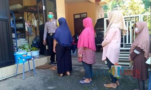 Warga saat mengantre mengambil Bantuan Pangan Non Tunai di Kelurahan Songgokerto. (Foto: istimewa)