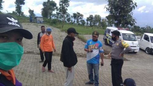 Beberapa orang saat melakukan koordinasi pencarian Jopi di pos CobanRais, Kecamatan Batu. (Foto: istimewa)