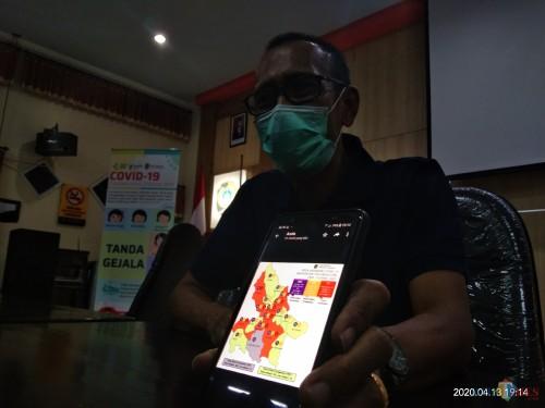 Sekretaris Satgas Penanganan Covid-19 Tulungagung, Bambang Triono menunjukan peta sebaran covid-19 di Tulungagung (Joko Pramono for Jatim TIMES)