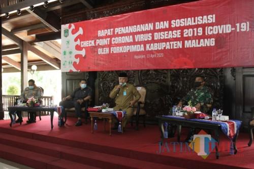 Bupati Malang HM Sanusi (pegang mikrofon) saat menjelaskan terkait pembentukan safe house di seluruh desa se-Kabupaten Malang