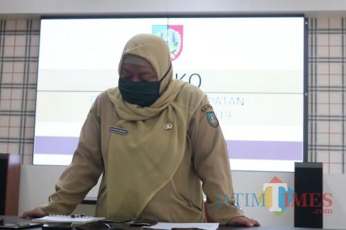 Kabid P2P Dinkes Jombang dr Wahyu Sri Harini saat memberikan keterangan pers soal perkembangan covid-19 di Jombang. (Foto : Adi Rosul/ JombangTIMES)