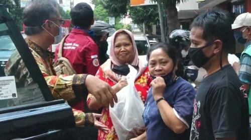 Senyum masyarakat saat menerima bingkisan sembako yang diberikan Rektor UIN Malang Prof Haris. (Foto: istimewa)