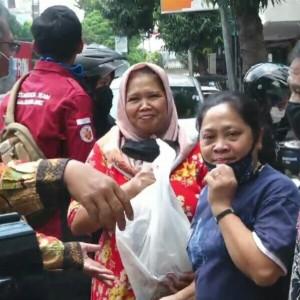 Di Jalanan, Senyum-senyum Merekah Menerima Sembako Bantuan UIN Malang