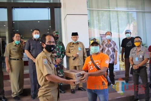 Serah terima bantuan masker dan hand sanitizer yang dibagikan pemerintah Kabupaten Malang