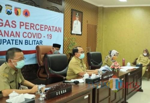 Bupati Blitar Rijanto memimpin vidcon penyaluran bansos
