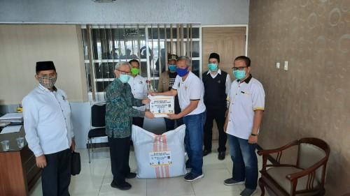 Fraksi PKS DPRD Kota Malang saat menyalurkan bantuan APD di salah satu rumah sakit di Kota Malang. (Foto: Dokumentasi Fraksi PKS).