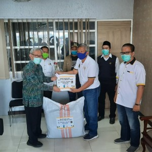 Tanggap Covid-19, Fraksi PKS DPRD Kota Malang Bagikan Ratusan APD ke Petugas Medis