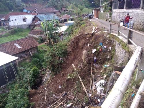 Kondisii tanah longsor di Jalan Kelud Desa Tulungrejo, Kecamatan Bumiaji. (Foto: istimewa)