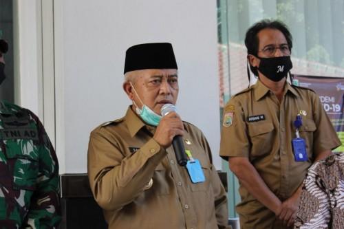 Bupati Malang HM Sanusi (pegang mikrofon) saat membahas kebijakan Physical Distancing in Villages