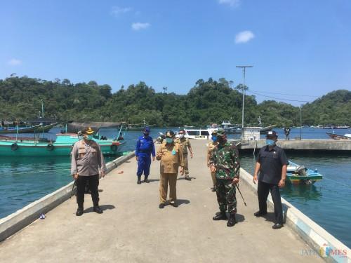 Bupati Malang HM Sanusi (baju coklat, pakai topi) beserta jajaran Forkopimda saat mengunjungi Check Point Covid-19 di Sendang Biru (Foto : Ashaq Lupito / MalangTIMES)
