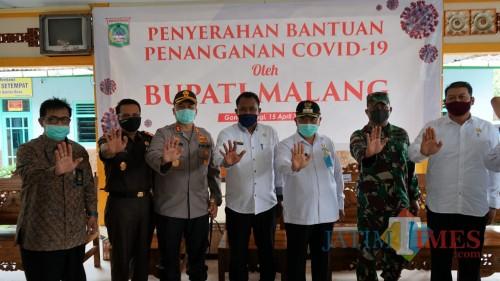 Forkopimda Kabupaten Malang saat menyalurkan bantuan sembako kepada warga tidak mampu selama covid-19.