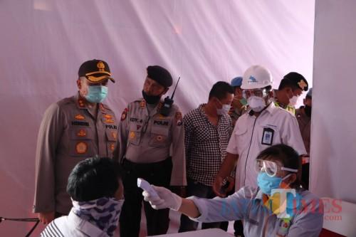 Kapolres Malang, AKBP Hendri Umar (berdiri, paling kiri) saat memantau posko check point covid-19