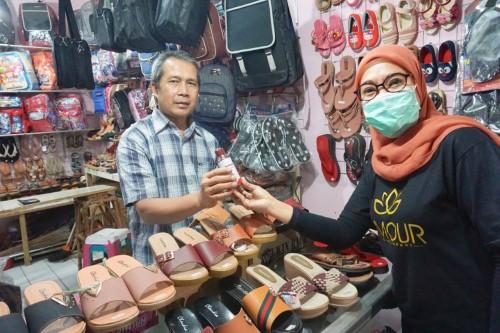 Lamour Skincare membagikan masker dan sabun pencuci tangan ke salah satu pedagang pasar. (Foto: istimewa)