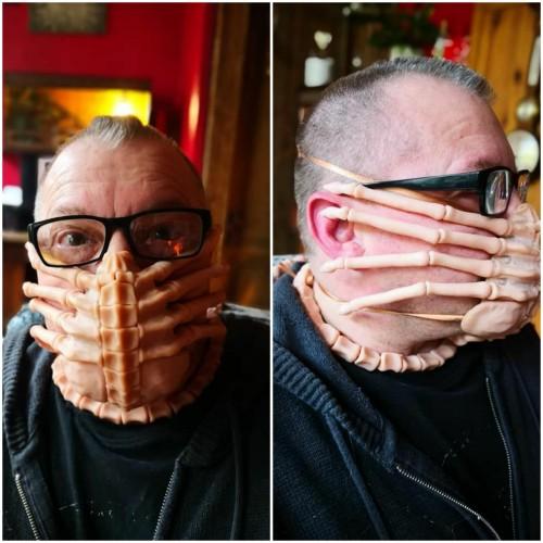 Masker karakter Facehugger di film Alien. (Foto: @9GAG).