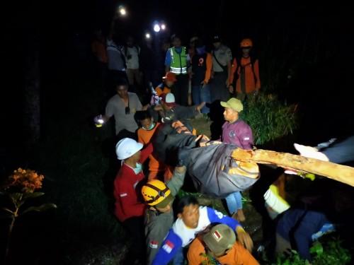 Tim gabungan saat melakukan evakusi Jopi Prananta. (Foto: istimewa)