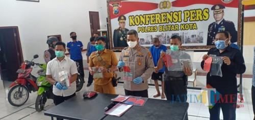 Polisi menunjukkan pelaku Candra Bogi dan BB pencurian tabungan