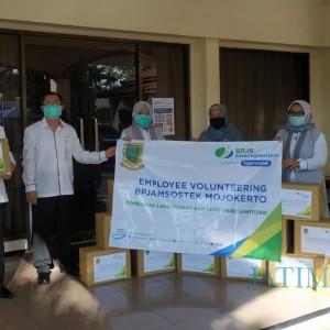 BP Jamsostek Mojokerto Serahkan Bantuan Ribuan Masker dan Hand Sanitizer