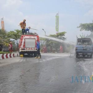 Minibus Terbakar Saat Antre BBM di SPBU Hebohkan Warga