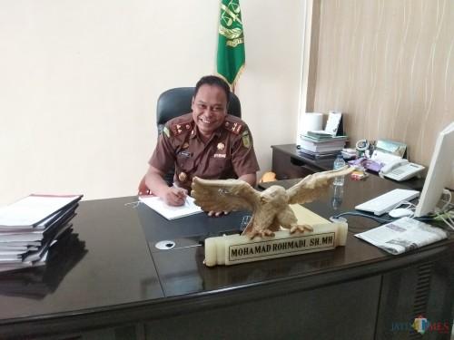 Kepala Kejaksaan Negeri Kabupaten Kediri, Mohamad Rohmadi, SH.MH saat memberikan keterangan di ruang kerjanya. (eko Arif s /JatimTimes)