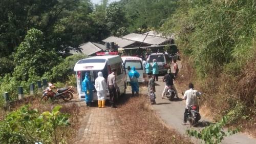 Petugas medis dan petugas pemakaman saat menguburkan jenasah PDP asal Kabupaten Malang (Foto : Istimewa)